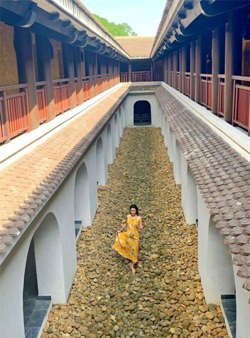 Không gian rộng, mang phong cách tôn nghiêm, là nơi NTK Adrian Anh Tuấn chọn để giới thiệu bộ sưu tập của anh vào tháng 9/2019. Bộ sưu tập tên Yên, được lấy cảm hứng từ chính vùng đất này.