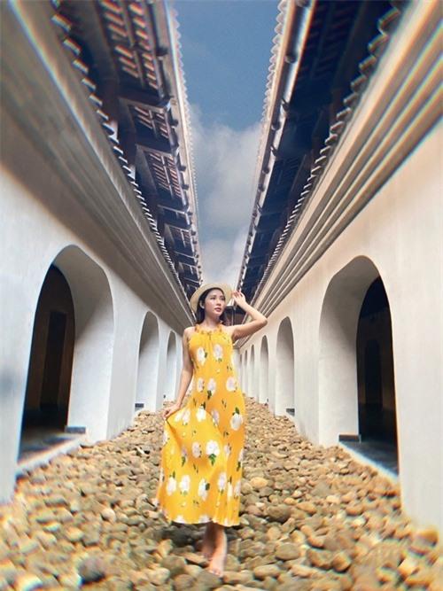 Yan My mải mê tạo dáng vì không muốn bỏ sót khung hình đẹp nào trong chuyến đi. Cô thay hai váy trong quá trình chụp ảnh, lần này là sắc vàng họa tiết hoa trắng với mũ cói.