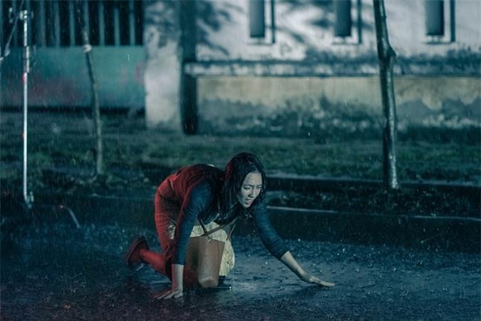 Phương Anh Đào vào vai cô gái mù, có nhiều cảnh dầm mưa, rượt đuổi, bị đánh.