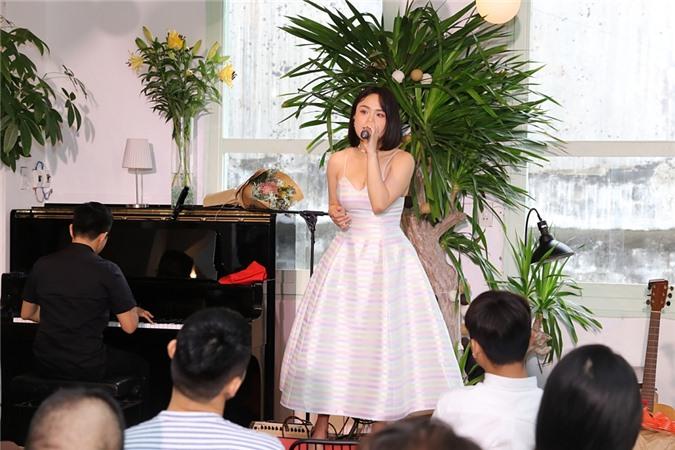 Theo đuổi âm nhạc gần 10 năm, Thái Trinh tự nhận mình vẫn chỉ có chỗ đứng khiêm tốn trong nghề. Nếu muốn ra mắt sản phẩm, cô phải né lịch của nhiều anh chị, đồng nghiệp nổi tiếng khác. Thậm chí, nhiều bạn trẻ thế hệ 2000 không biết Thái Trinh là ai. Nhưng Thái Trinh không buồn lòng về điều này mà muốn xem đấy là động lực phát triển nhiều hơn.Tại buổi họp báo, Thái Trinh cũng hát live hai ca khúc Khi giấc mơ về và Để dành. Cô nhận được nhiều lời khen ngợi về giọng hát ngọt ngào, giàu cảm xúc hơn trước đây.