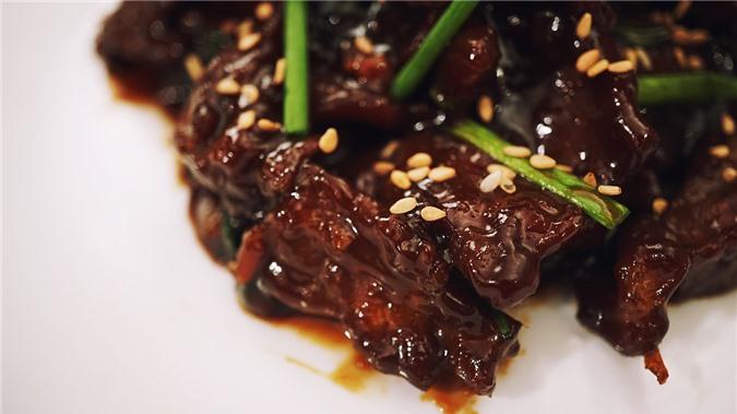 Đặc trưng của món bò xào Mông Cổ là phần nước sốt sền sệt