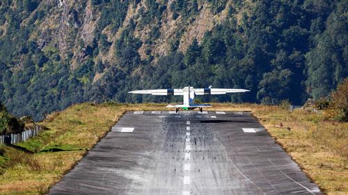 Paro là sân bay quốc tế duy nhất của Bhutan, nép mình trong thung lũng sâu bao quanh bởi những đỉnh núi nhọn, cao tới 5.500 m. Một trong những sân bay nguy hiểm nhất thế giới này là nơi các chuyến bay chỉ được phép hoạt động vào ban ngày và trong điều kiện khí tượng thị giác (nghĩa là các phi công đưa ra phán đoán bằng mắt thay vì dựa vào dụng cụ máy bay). Theo thống kê cuối năm 2018, chỉ có 17 phi công được phép hạ cánh tại Paro. Ảnh: Pinterest.