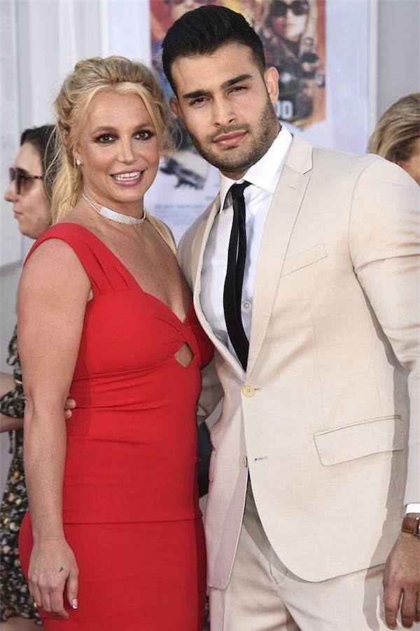 Không chịu được cảnh tù túng trong nhà, Britney Spears đeo khẩu trang kín mít cùng bạn trai kém 13 tuổi ra biển tắm nắng - Ảnh 4.