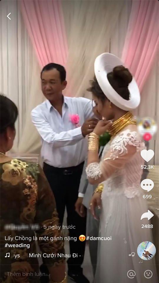 """Xuýt xoa với hình ảnh cô dâu đeo vàng kín 2 tay, cổ trĩu nặng trong ngày cưới ở Sóc Trăng khiến dân mạng gật gù: """"Lấy chồng đúng là một gánh nặng"""" - Ảnh 3."""