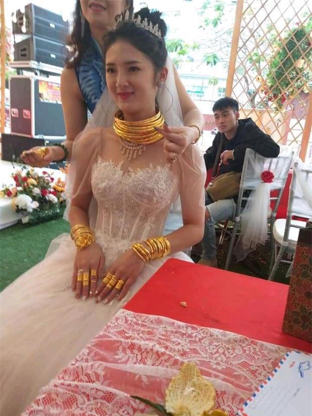 """Xuýt xoa với hình ảnh cô dâu đeo vàng kín 2 tay, cổ trĩu nặng trong ngày cưới ở Sóc Trăng khiến dân mạng gật gù: """"Lấy chồng đúng là một gánh nặng"""" - Ảnh 5."""
