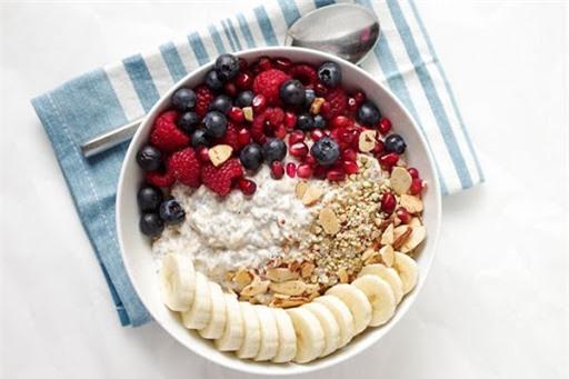 Bữa sáng kết hợp giữa yến mạch, sữa và các loại hoa quả giúp bạn nạp năng lượng cho cơ thể mà không sợ béo.