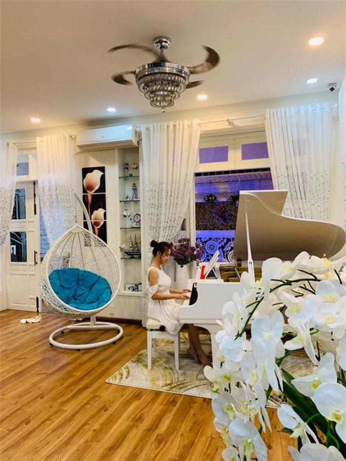 Phòng khách tinh tế sang trọng với gam màu trắng