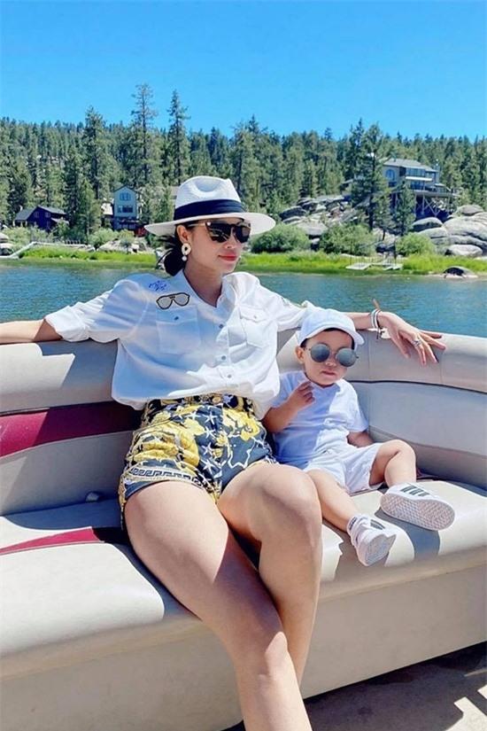 Phạm Hương diện trang phục đắt tiền của thương hiệu Versace. Cô cùng con trai Maximus ngồi trên thuyền, tận hưởng không khí trong lành.