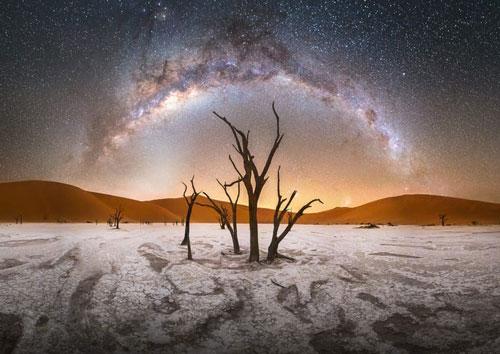 Hình ảnh dải Ngân Hà tại thung lũng chết Deadvlei, nghĩa địa cây khô hàng trăm năm tuổi giữa lòng sa mạc tại Công viên Namib-Naukluft ở Namibia. Sự khắc nghiệt của thời tiết tạo nên một cảnh quan thiên nhiên vô cùng độc đáo và thu hút được sự quan tâm của khá nhiều người, đặc biệt là các nhiếp ảnh gia. (Nguồn: Stefan Liebermann/Capture the Atlas)