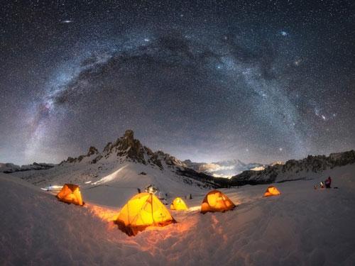 Chiêm ngưỡng những bức ảnh đẹp nhất của Dải ngân hà từ khắp nơi trên thế giới Hình ảnh những chiếc lều phát sáng đã đã tạo nên sự tương phản với dải Ngân Hà lung linh huyền ảo trong bầu trời đêm ở dãy núi Dolomite, miền Bắc Italy. (Nguồn: Giulio Cobianchi/Capture the Atlas)