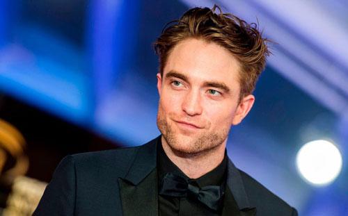 Robert Pattinson sở hữu xương hàm góc cạnh nam tính, đôi mắt xanh lá hút hồn. Tỷ lệ gương mặt của anh khớp tới 92,15% tỷ lệ vàng theo kết quả phân tích dựa trên tỷ số Phi của người Hy Lạp cổ (bằng cách đo 12 điểm ở môi, mũi, lông mày, trán và hình dáng mặt do viện thẩm mỹ Advanced Facial Cosmetic And Plastic Surgery tiến hành). Điều đó đồng nghĩa ngôi sao The Batman là nam diễn viên điển trai nhất thế giới.