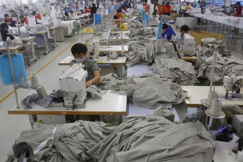 Các công nhân Việt Nam đang làm việc trong một công ty may ở tỉnh Hưng Yên. (Ảnh: Reuters)