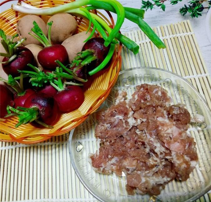 Nguyên liệu nấu canh củ cải đỏ với khoai tây, thịt bằm