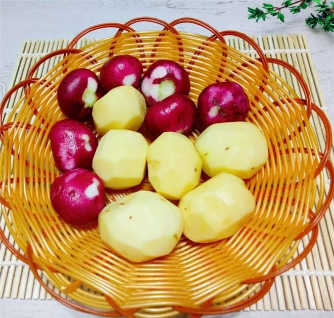 Khoai tây gọt sạch vỏ rửa sạch. Củ cải đỏ gọt bỏ phần cuống rửa sạch. Thái khoai tây và củ cải đỏ thành từng miếng nhỏ vừa gắp theo hình vuông hoặc hình chữ nhật.