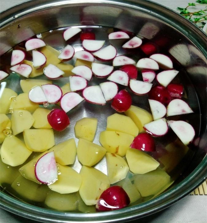 Cho khoai tây, củ cải đỏ vào nồi cùng với 1 lít nước, nêm chút bột canh hoặc vài hạt muối, một ít đường phèn rồi nấu trên lửa vừa trong khoảng 20 – 30 phút.