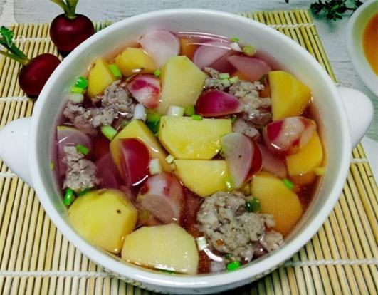 Thành phẩm món canh củ cải đỏ nấu cùng khoai tây và thịt bằm