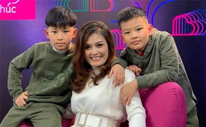 Hoa Thúy và hai con trai Minh (trái) và Muối - kết quả trong cuộc hôn nhân thứ hai.