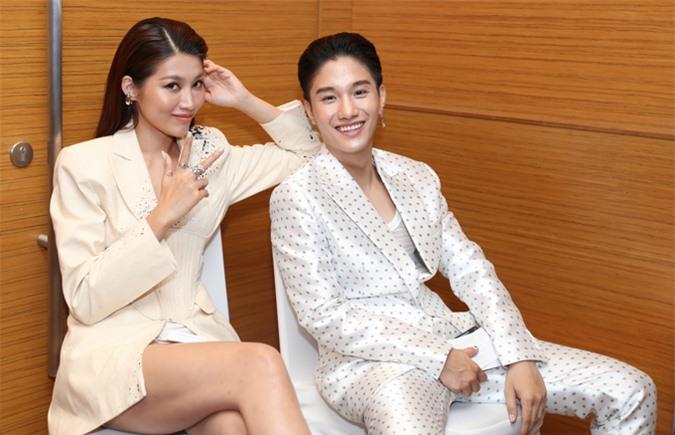 Người mẫu Quỳnh Châu hiện hoạt động chủ yếu ở lĩnh vực MC. Cô được mời dẫn dắt họp báo của Juun D. Chả hai trò chuyện vui vẻ, chụp ảnh trong cánh gà, trước khi chương trình bắt đầu.