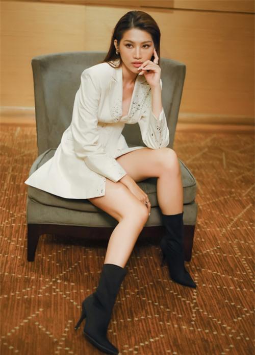 Quỳnh Châu có khả năng dẫn chương trình bằng cả tiếng Anh và tiếng Việt. Cô muốn gắn bó lâu dài với nghề MC.