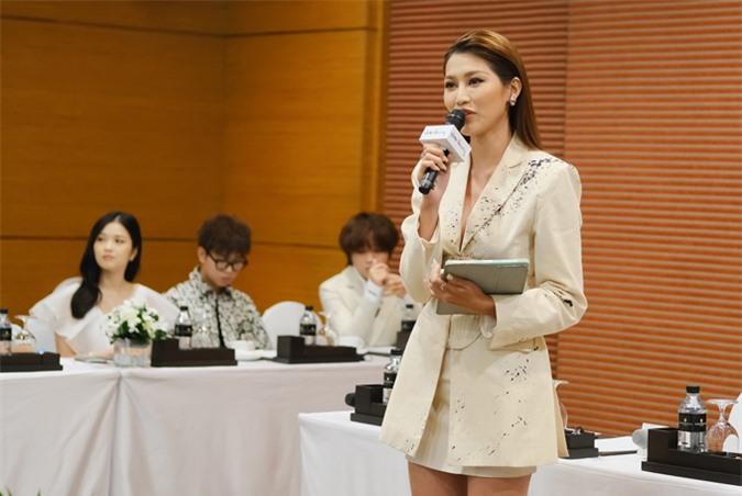 Quỳnh Châu chia sẻ hiện tại cô tập trung hết mình cho công việc. Người đẹp vẫn đi về lẻ bóng sau khi hơn 2 năm chia tay mẫu nam Quang Hùng.