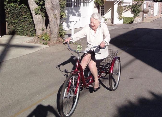 Olivia de Havilland đạp xe vào tháng 7/2019.