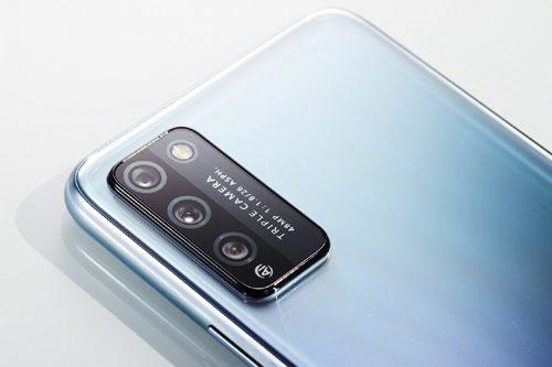 Honor 30 Lite có 3 camera sau gồm cảm biến chính 48 MP, khẩu độ f/1.8 cho khả năng lấy nét theo pha. Cảm biến thứ hai 8 MP, f/2.4 với góc rộng 120 độ và ống kính macro 2 MP, f/2.4.