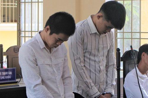 Bị cáo Vinh và Khánh tại tòa.