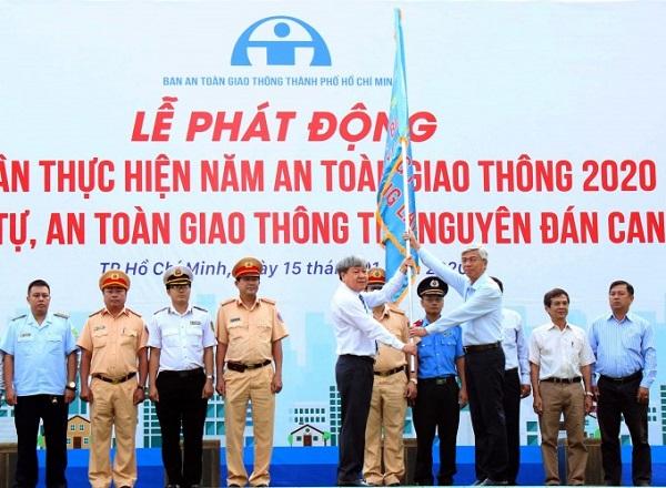 Lực lượng CSGT TP nhận cờ phát lệnh ra quân năm An toàn giao thông 2020. Nguồn ảnh: Tuổi trẻ