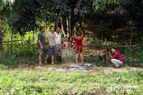 Bản Khe Ngậu (xã Xá Lượng - Tương Dương) gồm 154 hộ với gần 700 nhân khẩu từ gần 50 năm nay vẫn luôn gắn bó với giếng nước nhỏ nằm bên dòng khe Ngậu. Ảnh: Đào Thọ.