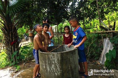 Những ngày hè, đám trẻ trong bản thường tập trung quanh giếng tắm mát và đùa nghịch. Ảnh: Đào Thọ.