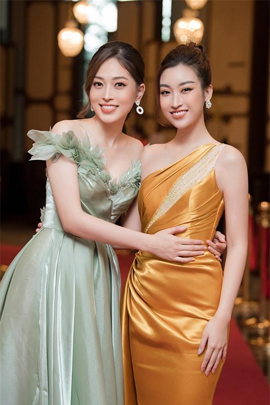 Trường thành từ cuộc thi Hoa hậu Việt Nam, cả Phương Nga và Mỹ Linh rất thân thiết.