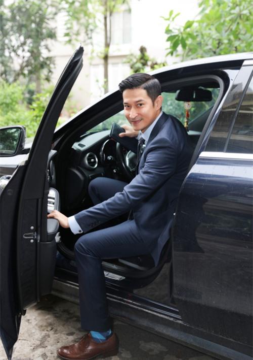 Huy Khánh tự lái xe hơi đi làm mỗi ngày. Anh ăn mặc bảnh bao, lịch lãm khi được mời làm giám khảo chấm casting, tuyển diễn viên cho phim mới của đạo diễn Luk Vân.