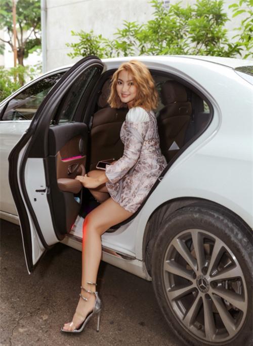 Ngọc Lan ngồi xe sang, mặc thanh lịch tới điểm casting.