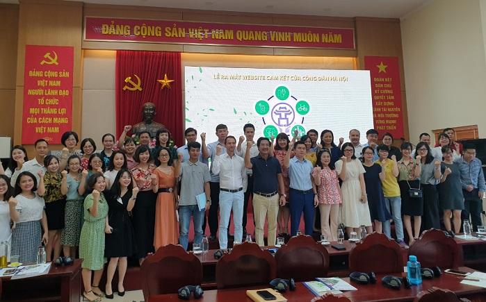 Các đại biểu tham dự hội nghị cùng chụp ảnh lưu niệm thể hiện quyết tâm bảo vệ môi trường Hà Nội