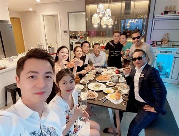 Bữa tiệc tân gia của ca sĩ Lê Hiếu