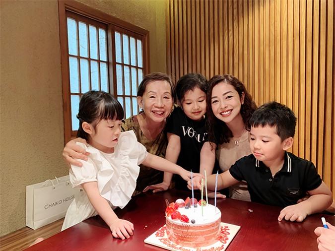 Tối 3/7, gia đình tổ chức tiệc mừng sinh nhật lần thứ 35 cho Jennifer Phạm tại một nhà hàng. Doanh nhân Trương Thị Thanh Thanh, mẹ chồng Jennifer Phạm, đặt vé từ TP HCM ra Hà Nội từ một ngày trước đó để mừng sinh nhật con dâu.