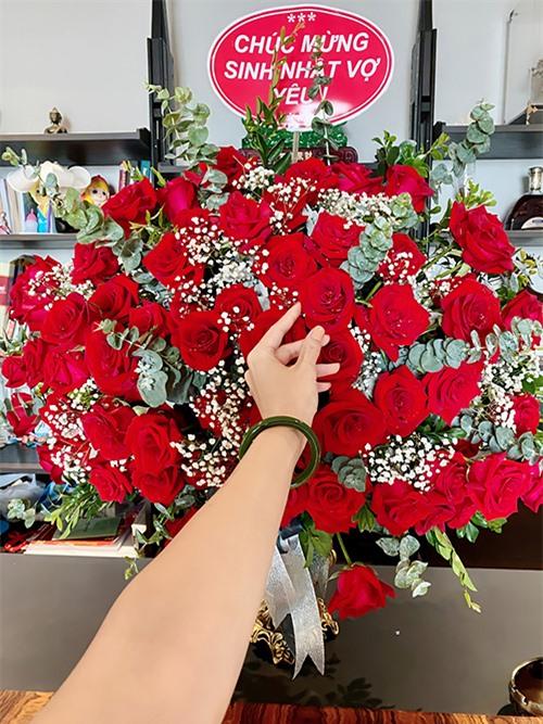 Trước đó, sáng ngày 3/7, Jennifer Phạm nhận được lẵng hoa lớn từ ông xã - doanh nhân Đức Hải - với dòng chữ Chúc mừng sinh nhật vợ yêu.
