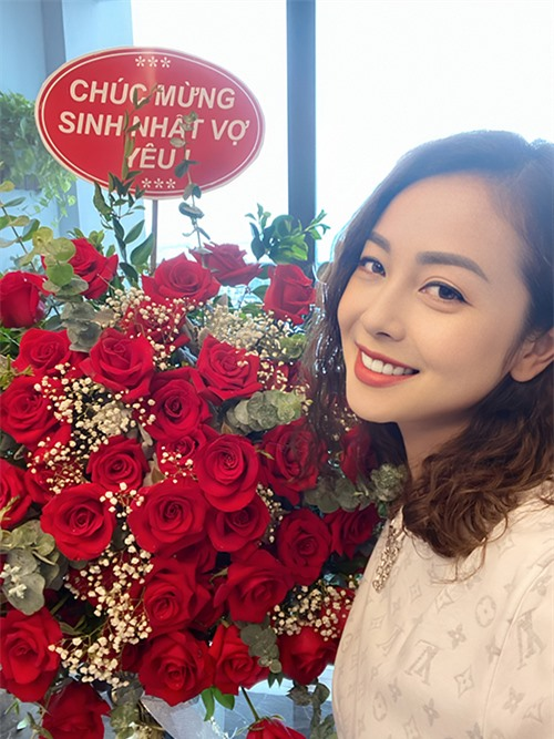 Ở tuổi 35 và đã là mẹ của bốn người con nhưng Jennifer Phạm vẫn giữ được nét thanh xuân Trời phú. Không chỉ có gương mặt đẹp, cô còn sở hữu thân hình nóng bỏng không kém gì gái còn son.