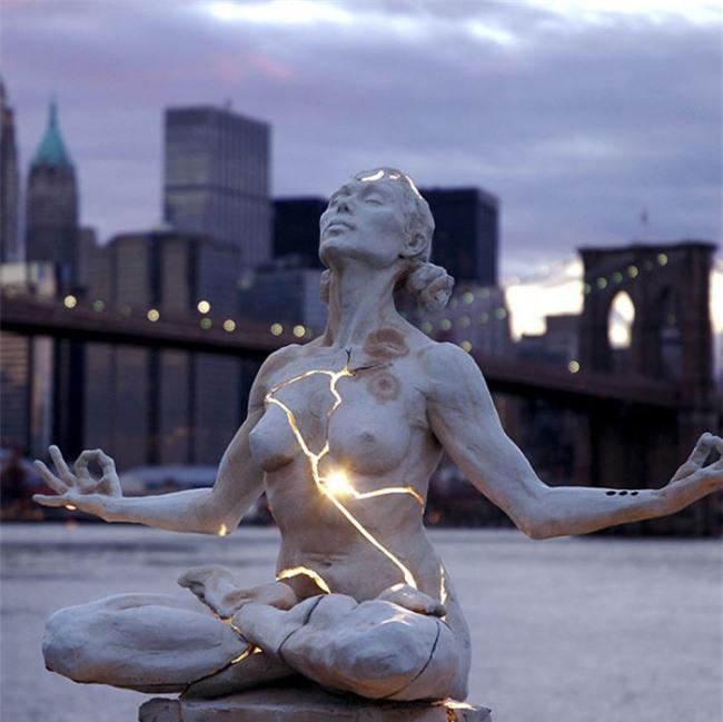 Những bức tượng kỳ dị thách thức tất cả các quy luật vật lý, khiến người ta có cảm giác càng nhìn càng thấy sợ hãi - Ảnh 14.