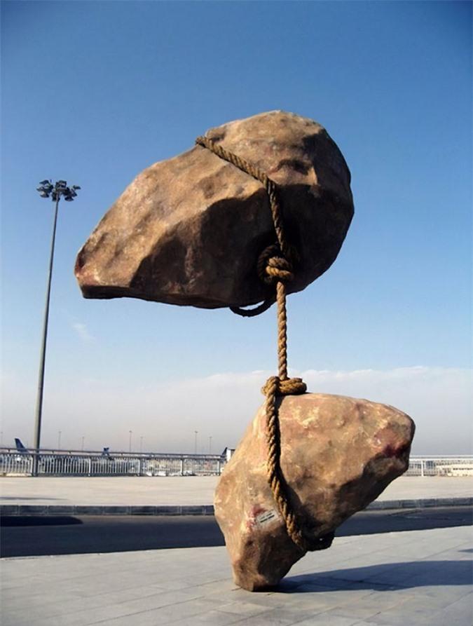 Những bức tượng kỳ dị thách thức tất cả các quy luật vật lý, khiến người ta có cảm giác càng nhìn càng thấy sợ hãi - Ảnh 5.