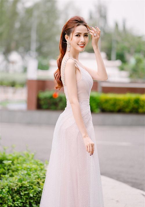 Người đẹp đeo nhẫn kim cương, mặc trang phục lệch vai, tôn vóc dáng mảnh mai và làn da trắng.