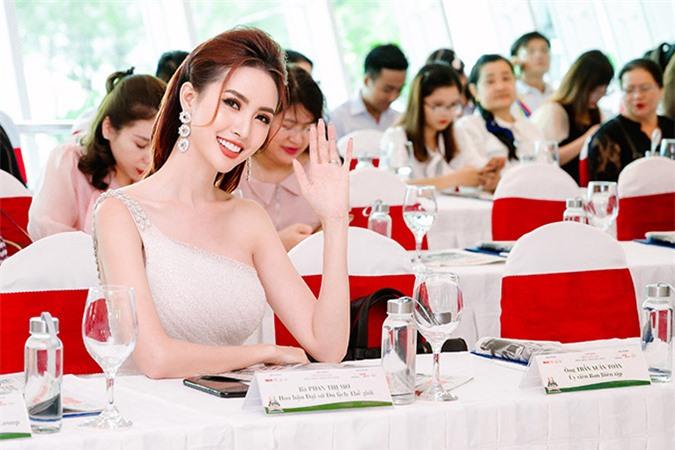 Hoa hậu 9X luôn tươi cười khi thấy ống kính hướng đến mình.