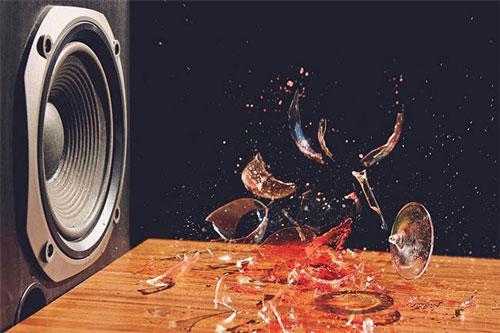 Âm thanh có thể làm vỡ ly thủy tinh.