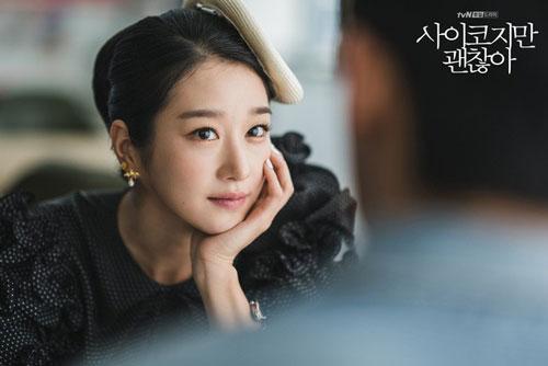 """Đảm nhận vai nữ chính Go Moon Young trong """"Điên thì có sao"""" (It's okay not to be okay"""", Seo Ye Ji gây ấn tượng với khán giả nhờ vẻ ngoài xinh đẹp, thần thái lạnh lùng và diễn xuất ấn tượng."""