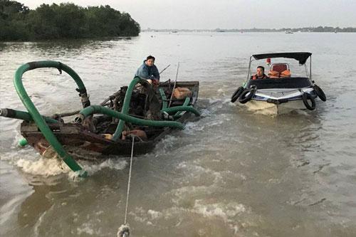 Lực lượng công an tạm giữ thuyền khai thác cát trái phép.