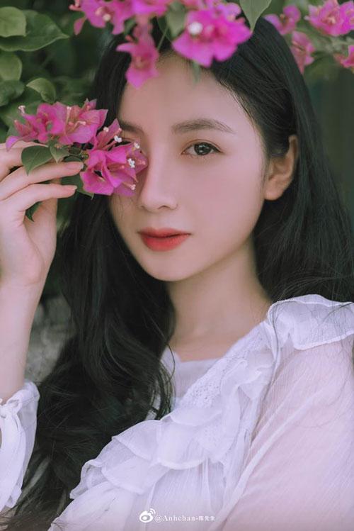 Hứa Như Quỳnh là một cô gái xinh đẹp và vô cùng tài năng. Hiện tại, Như Quỳnh đang là sinh viên ngành Báo chí, trường Đại học Khoa học Xã hội và Nhân văn Hà Nội.