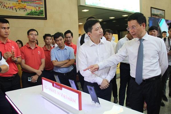 """Bộ trưởng Nguyễn Mạnh Hùng thăm quan khu triển lãm các nền tảng chuyển đổi số và trải nghiệm 5G """"Make in Vietnam"""""""