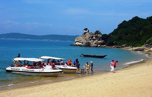 Du khách tham quan Cù Lao Chàm.