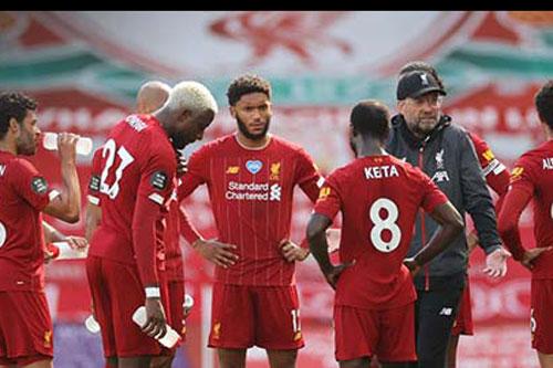 """Lộ dấu hiệu Liverpool """"ngủ quên"""" trên vinh quang"""