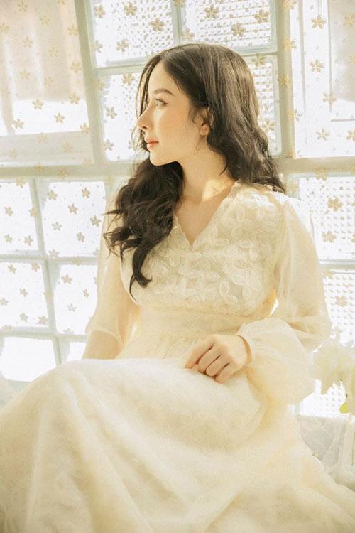 Như Quỳnh bất ngờ nổi tiếng trên mạng xã hội khi những hình ảnh xinh đẹp của cô với góc nghiêng thần thánh được chia sẻ rất nhiều trong các hội nhóm ngắm trai xinh, gái đẹp.